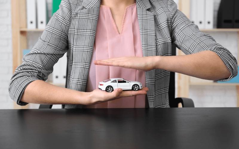 Kobieta trzymająca model auta.
